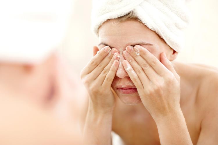 mycie twarzy pomaga pozbyć się trądziku