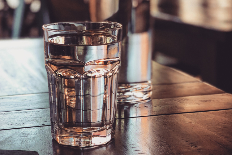 picie wody pomaga na trądzik